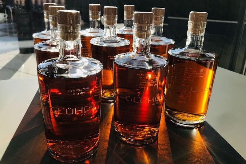 Jetzt GLÜHGIN online kaufen. der leckerste Gin im Winter 2019 und aufgegossen mit heißem, naturtrübem Apfelsaft ein purer Genuss.