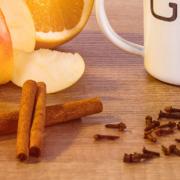 Glühgin enthält aromatische Klassiker der winterlichen Zeit, wie Zimt, Nelke und Piment